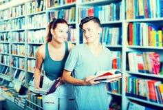 Mädchen und Junge im Buchladen Lizenzfreies Stockfoto