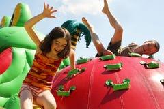 Mädchen und Junge im Spielplatz Stockfotografie