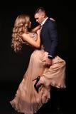 Mädchen und Junge küssen im Garten schöne sexy Paare herrliche blonde Frau und gutaussehender Mann Lizenzfreie Stockfotos