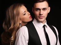 Mädchen und Junge küssen im Garten schöne sexy Paare herrliche blonde Frau und gutaussehender Mann Stockbild