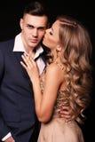 Mädchen und Junge küssen im Garten schöne sexy Paare herrliche blonde Frau und gutaussehender Mann Stockfotos