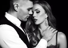 Mädchen und Junge küssen im Garten schöne sexy Paare herrliche blonde Frau und gutaussehender Mann Lizenzfreies Stockfoto