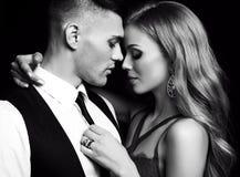 Mädchen und Junge küssen im Garten schöne sexy Paare herrliche blonde Frau und gutaussehender Mann Lizenzfreies Stockbild