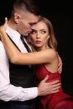 Mädchen und Junge küssen im Garten schöne sexy Paare herrliche blonde Frau und gutaussehender Mann Lizenzfreie Stockbilder