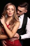 Mädchen und Junge küssen im Garten schöne sexy Paare herrliche blonde Frau und gutaussehender Mann Stockbilder