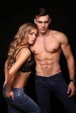Mädchen und Junge küssen im Garten schöne sexy Paare herrliche blonde Frau und gutaussehender Mann Stockfoto