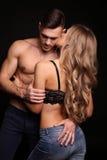 Mädchen und Junge küssen im Garten schöne sexy Paare herrliche blonde Frau und gutaussehender Mann Lizenzfreie Stockfotografie