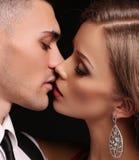 Mädchen und Junge küssen im Garten schöne sexy Paare herrliche blonde Frau und Hände Stockfotografie