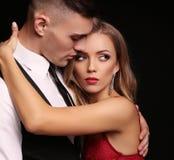Mädchen und Junge küssen im Garten schöne sexy Paare herrliche blonde Frau und Hände Stockfotos