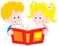 Mädchen und Junge lasen ein Buch stock abbildung