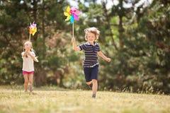 Mädchen und Junge mit Feuerrädern Lizenzfreie Stockfotografie