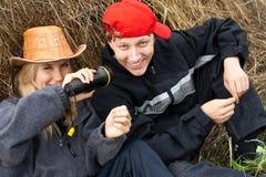Mädchen und Junge mit Heuschober Stockfotografie