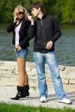 Mädchen und Junge mit Telefon lizenzfreies stockfoto