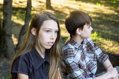 Mädchen und Junge sind der Teenager, der an einander wütend ist Schwierige Verhältnisse, Adoleszenz Lizenzfreie Stockbilder