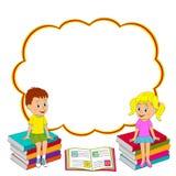 Mädchen und Junge sitzen auf dem Buch Stockfotografie