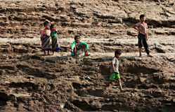 Mädchen und Jungen auf den Banken des Mekongs, Laos Stockfotos