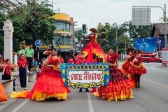 Mädchen und Jungen in den Festivalkostümen auf der Straße von Chiang Mai, Lizenzfreie Stockbilder