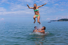 Mädchen und Jungen im Meer Stockbild
