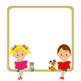 Mädchen und Jungen lasen das Buch und den Rahmen Stockbild