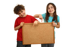Mädchen- und Jungenholding noticeboard stockfotografie