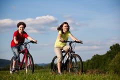 Mädchen- und Jungenradfahren Lizenzfreie Stockbilder