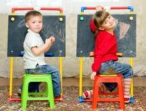 Mädchen- und Jungenzeichnung Stockbild