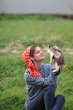 Mädchen und Kätzchen Stockbild