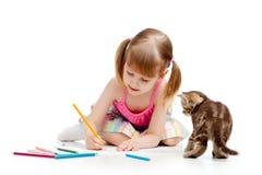 Mädchen und Kätzchen, die eine Abbildung mit Bleistiften zeichnen Lizenzfreies Stockfoto