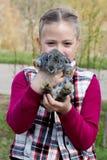 Mädchen und Kaninchen lizenzfreie stockfotografie
