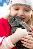 Mädchen und Kaninchen stockfotos