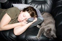 Mädchen und Katze ein Schlaf Lizenzfreies Stockfoto