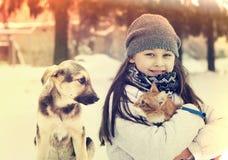 Mädchen und Katze und Hund Stockfoto