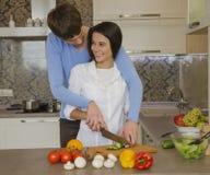 Mädchen und Kerl in der Küche Lizenzfreies Stockbild