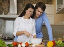 Mädchen und Kerl in der Küche Lizenzfreies Stockfoto