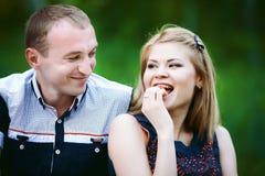 Mädchen und Kerl im Wald Stockbild