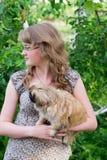Mädchen und kleiner Hund lizenzfreie stockfotografie