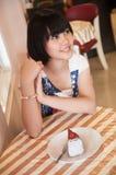 Mädchen und Kuchen stockfotos