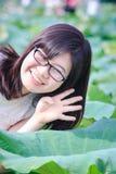 Mädchen- und Lotosblatt lizenzfreies stockbild