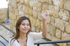 Mädchen und Luftblasen Stockfotos