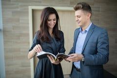 Mädchen und Mann in einer Klage Lizenzfreie Stockfotos