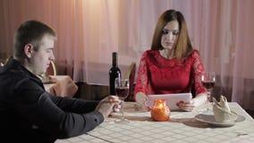 Mädchen und Mann im Café stock video