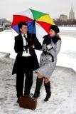 Mädchen und Mann mit Regenschirm Stockfotos