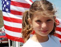 Mädchen und Markierungsfahne Stockfotografie