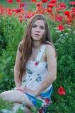 Mädchen und Mohnblumen Stockfotos