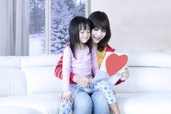 Mädchen und Mutter lasen Brief Lizenzfreies Stockbild