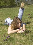 Mädchen und Pasqueblumen lizenzfreies stockfoto