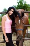 Mädchen und Pferd stockfoto
