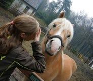 Mädchen und Pferd lizenzfreies stockfoto