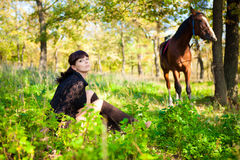 Mädchen und Pferd im Wald Stockbild