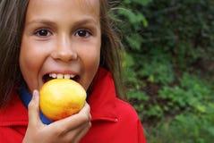 Mädchen und Pfirsich Lizenzfreie Stockbilder